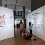 Schulklasse mit Suchspiel in der Ausstellung 1015. Leipzig von Anfang an