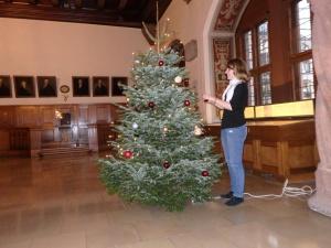 Weihnachtsbaumschmücken im Alten Rathaus