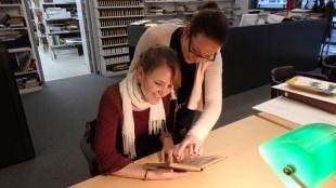 Lektüre des Wörterbuchs in der Bibliothek des Stadtgeschichtlichen Museums