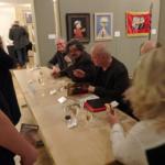 Die Künstler von interDuck signieren Kataloge, Postkarten, T-Shirts und mehr