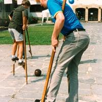 Outdoor-Veranstaltung mit historischen Spielen, hier Stelzenlauf