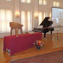 """Die Schenkung umfasst u.a. eine """"Meistersinger""""-Partitur mit handschriftlichen Notaten und Regieanweisungen, Fotografien und das Regiepult von Joachim Herz"""