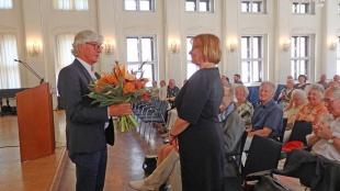 Direktor Dr. Volker Rodekamp dankt Prof. Dr. Kristel Pappel für die Schenkung