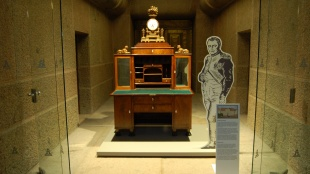 Napoleons Schreibtisch in der Krypta des Völkerschlachtdenkmals