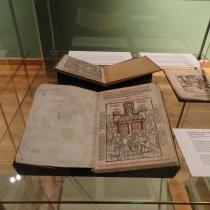 Auch eine frühe antihussitische Schrift des Leipziger Theologen und Luthergegners Hieronymus Dungersheim gehört zu den neuen Ausstellungsstücken (Confutatio: apologetici cuiusdã sacre scripture falso inscripti, Leipzig 1514).