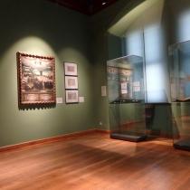 """Blick in einen der Ausstellungsräume """"Luther im Disput"""". Links im Bild das Gemälde """"Spottbild auf die Calvinisten"""", um 1574 von einem unbekannten Künstler."""