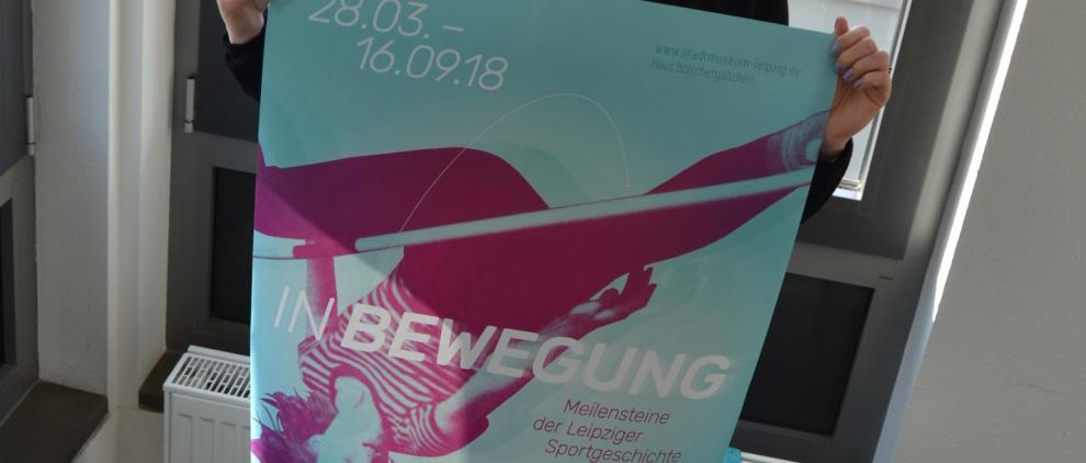 Lina Frubrich präsentiert das Plakat zur Ausstellung