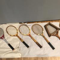 Tennisschläger sind der Teil der Ausstellung