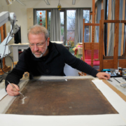 Restaurator Rüdiger Beck bei der Arbeit am Gemälde, Foto: Michael Heinz
