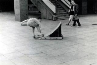 """Torsten """"Goofy"""" Schubert beim """"Rollbrettfahren"""" über selbstgebauter Rampe in Leipzig 1987 ... Foto: Torsten Schubert"""