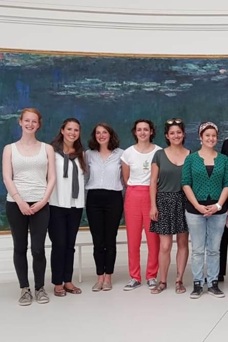 Gruppe von Teilnehmerinnen in Paris vor Monets Seerosen