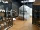 Porzellan aus Limoges, eingebettet in die moderne Ausstellungsgestaltung von Zette Cazalas