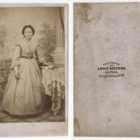 Ganzfigürliche Aufnahme einer Dame im Atelier, Foto Adolf Eltzner, um 1865